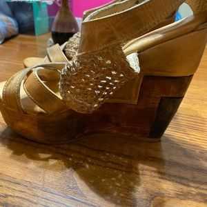 "5""Bed stU wooden heel worn look."